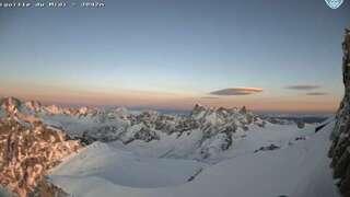 Webcam de l'aiguille du midi - Chamonix Mont-Blanc. Vue sur l'arête, les massifs de l'aiguille Verte et des Jorasses